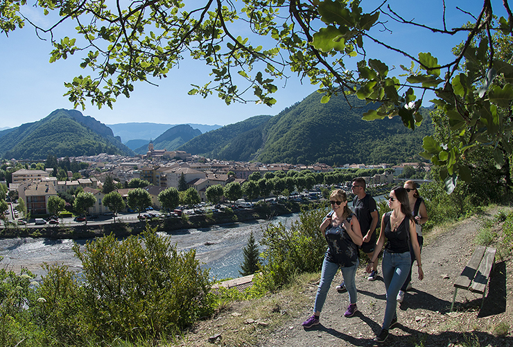 Un groupe d'amis se promène sur le sentier de randonnée Caguerenard
