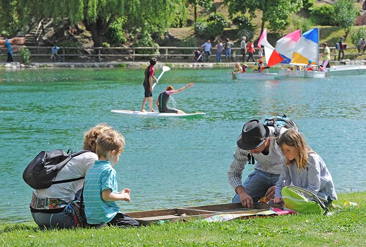 Une famille joue sur le bord du plan d'eau de Digne les bains