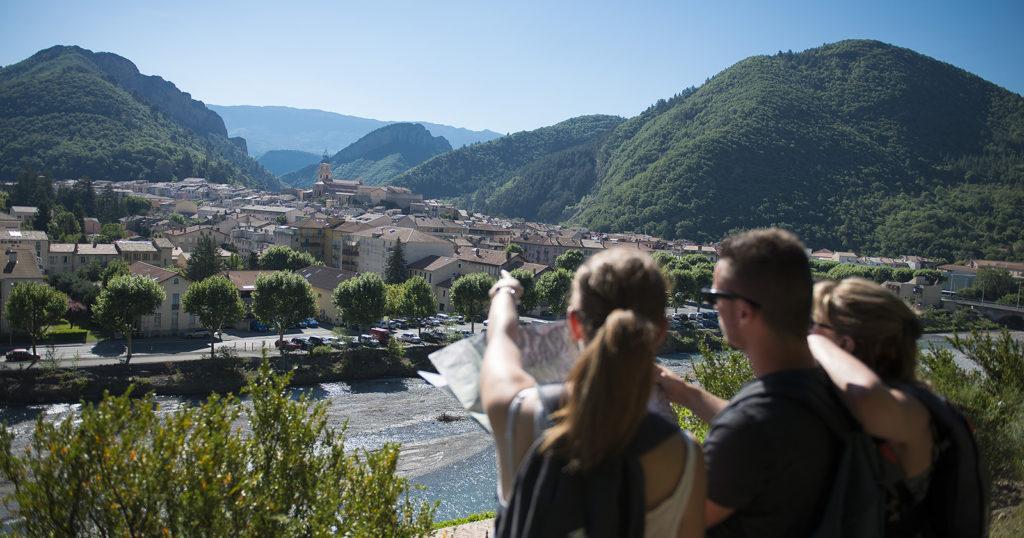 Vue sur Digne les Bains depuis le sentier de Caguerenard