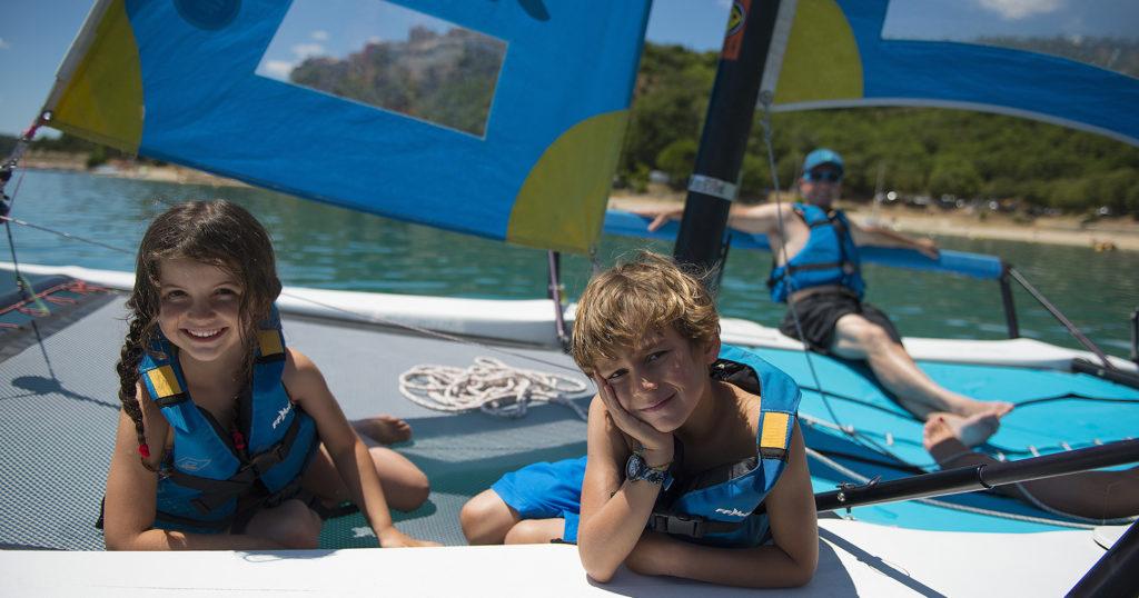 Catamaran sur le lac de Sainte Croix
