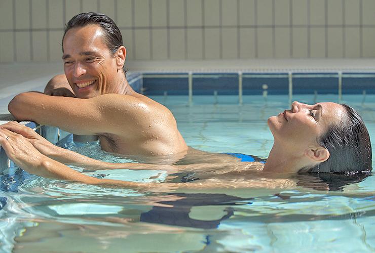 Photo de baigneurs dans la piscine des thermes de Digne les bains