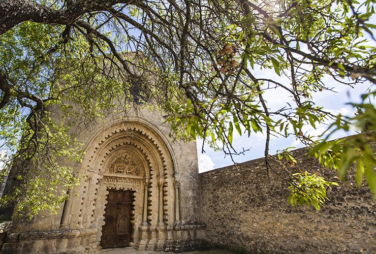 La grande porte d'entrée de l'église du Prieuré de Ganagobie