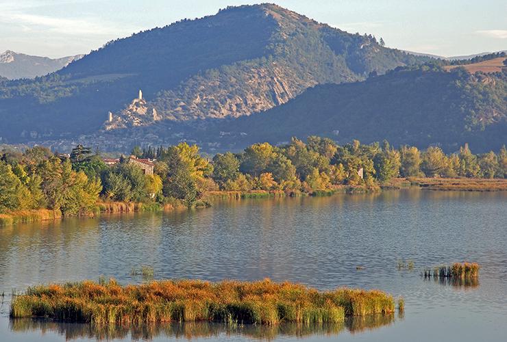 Vue sur le lac et villages du Val de Durance