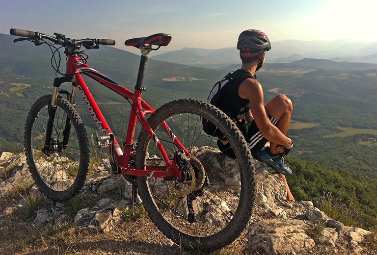 Vue panoramique de paysage avec VTT et cycliste au premier plan